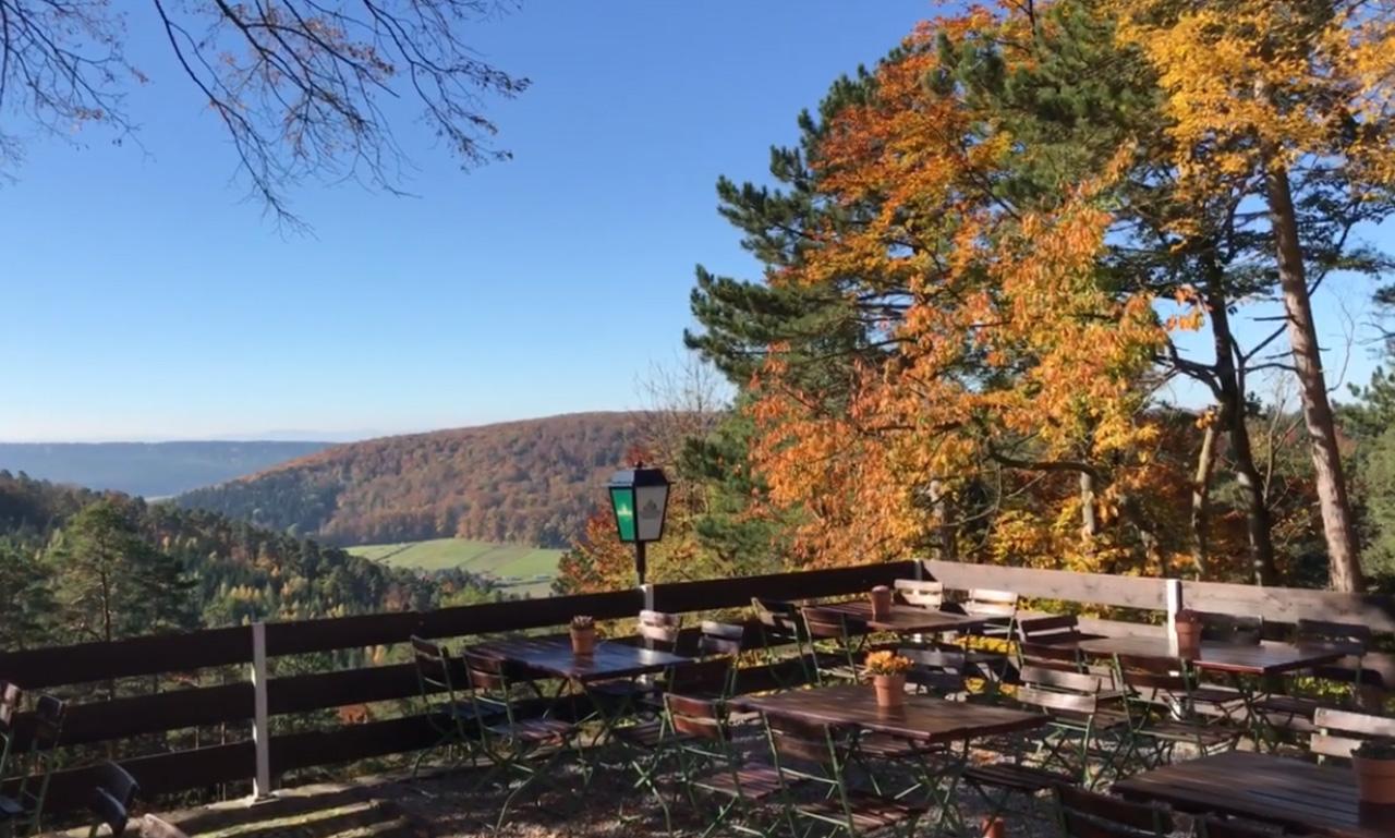 Terrasse Biergarten mit Blick auf die Ziegen